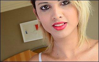 Melzinha Bonekinha likes showing her body