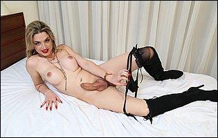 Nanda Molinari in high boots teasing with hot body